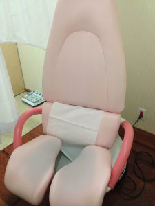 The stirrup legs part, and on the seat on the left, the bottom part of the seat drops away.